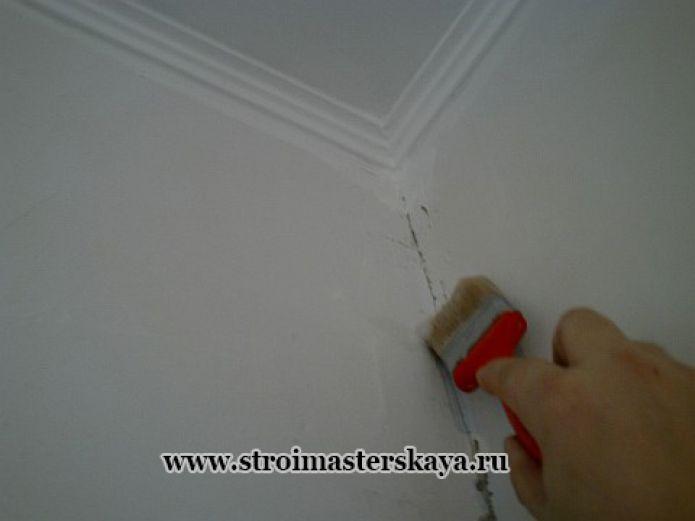 Нанесение клея в углу (фото)